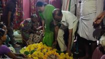 Congress leader raghuveera reddy pays homage to mahender who dead for special status