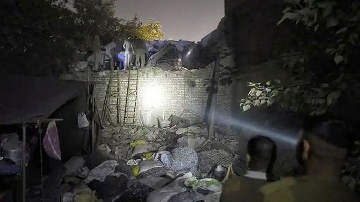 At least 10 dead as a  building collapse after cylinder blast in Uttar Preadesh