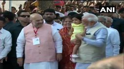 PM modi reach gandhinagar for voting before take blessing from his mother
