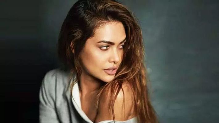 esha gupta harassed by hotel owner