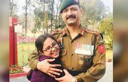 <p>अपने पति की वर्दी और सामान लेते समय पल्लवी ने भावुक होकर कहा कि आशुतोष का पहला प्यार वर्दी था। ग्रेजुएशन के बाद वे सेना में चले गए। हालांकि वे आईपीएस बनना चाहते थे। फिर उनका सपना बेटी तमन्ना को आईपीएस बनाना रहा। पल्लवी ने कहा कि अब वे अपनी बेटी के जरिये आशुतोष का यह सपना पूरा करेंगी।</p>