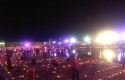 <p>अयोध्या के सरयू नदी के तट पर कुछ इस तरह जलाए गए दीये।</p>